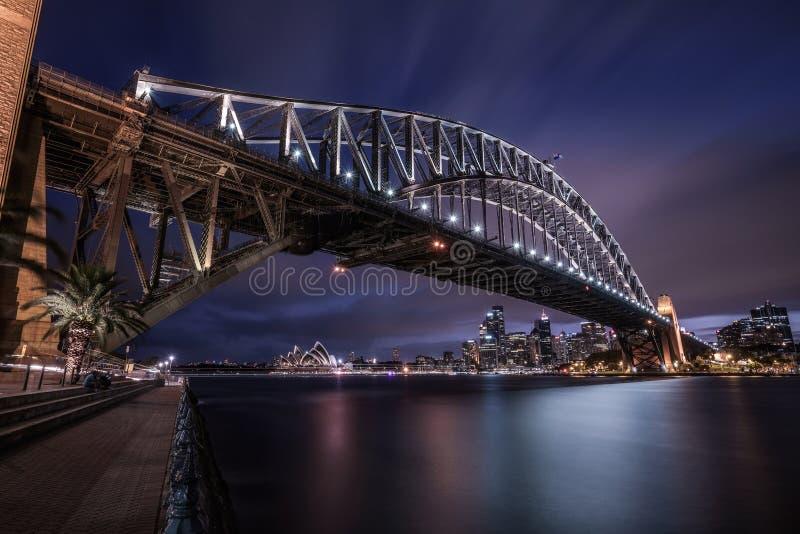 Natthorisont av Sydney som är i stadens centrum med hamnbron, NSW, Aust royaltyfria foton