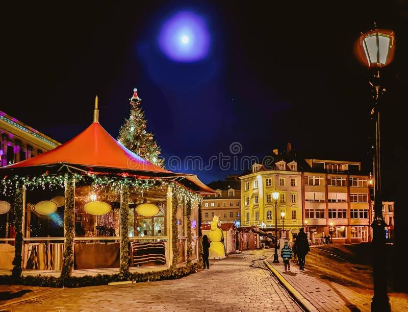 Nattjul marknadsför på kupolfyrkant med Xmas stannar Riga royaltyfria bilder