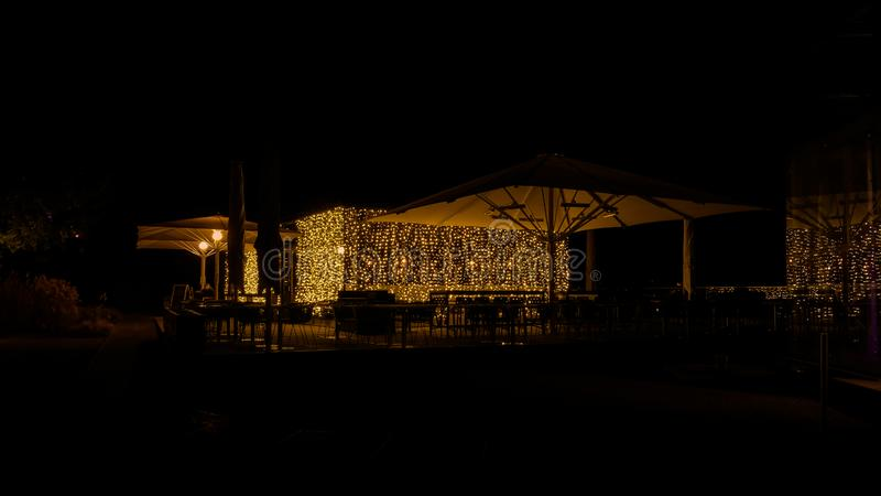 Nattkafé med elegant belysning royaltyfria foton