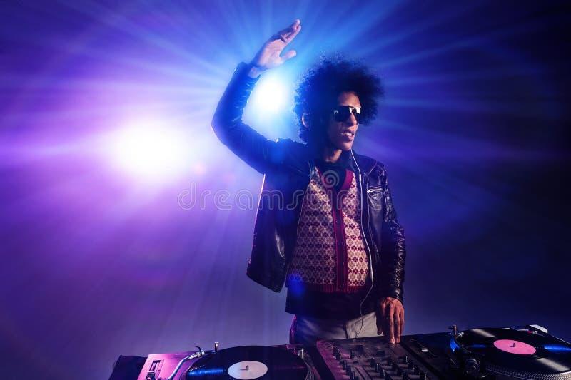 Nattklubben dj party arkivfoto
