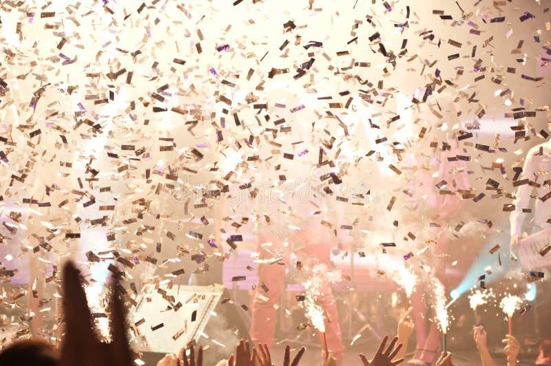 Nattklubblampor och konfettiar royaltyfria foton