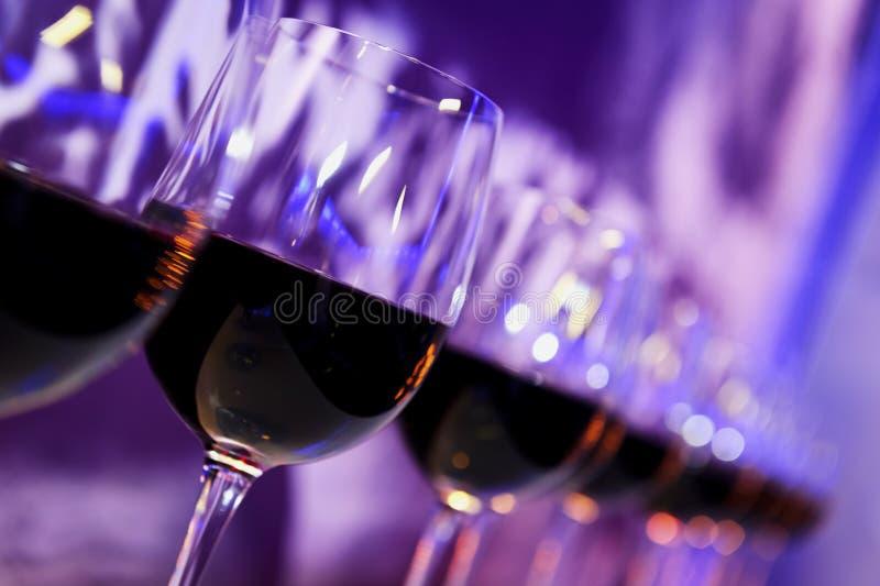 Nattklubbrött vinexponeringsglas arkivfoto