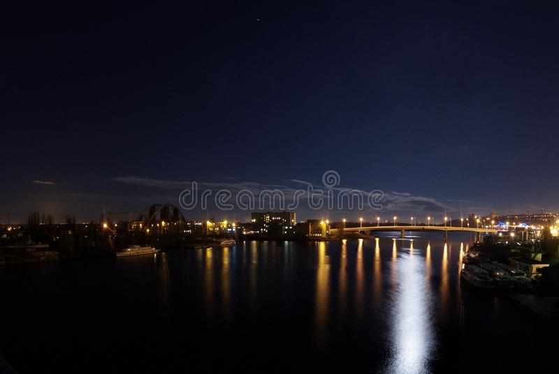 NattKyiv panorama på Dnipro och gavanskiy bro på bakgrund med stjärnor fotografering för bildbyråer