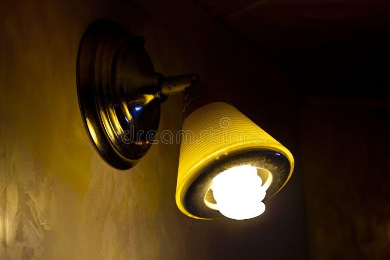 Nattlampan skiner på väggen och taket royaltyfri fotografi