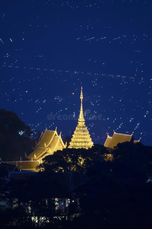 Nattlandskap av den Doi Suthep templet, Chiang Mai, Thailand royaltyfri fotografi