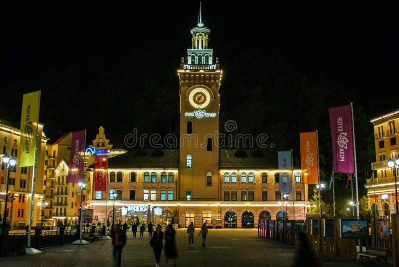 Nattlandskap av ett härligt stadshus i Rosa Khutor Alpine Resort arkivbild