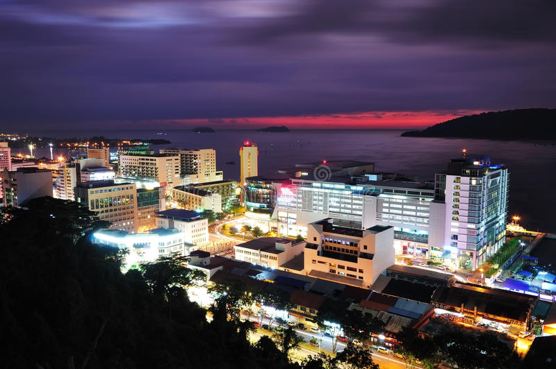 Nattlandskap av Kota Kinabalu City royaltyfri foto