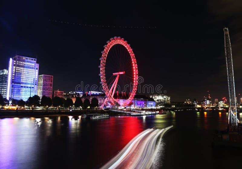 Nattlandskap av London Eye - ett jätte- ferrishjul på den södra banken av flodThemsen London Förenade kungariket arkivfoton