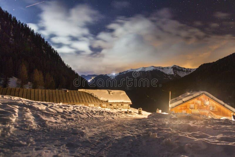 Nattlandskap av vinterbergen Stjärnklar himmel i dekorkade bergen av Europa Vinterfjällängar i Trentino Alto Adige Gör royaltyfri bild