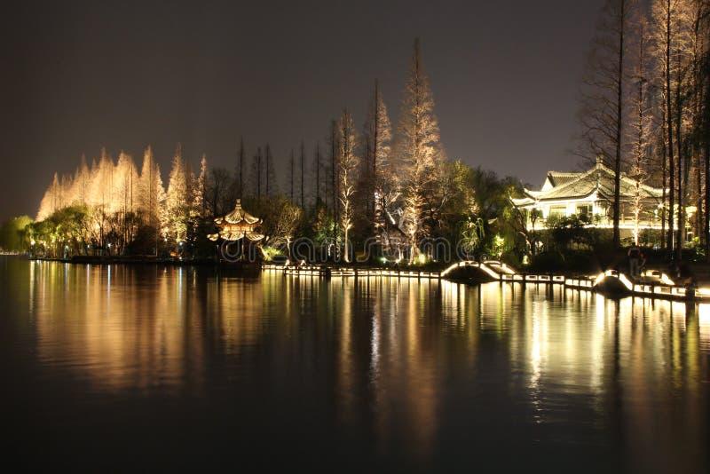 Nattlandskap i den västra sjön av Hangzhou, Kina royaltyfria foton