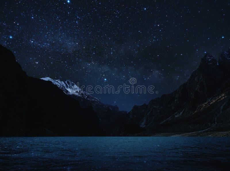 Nattlandskap-, konturberg med vatten på sjön och himmel mycket av stjärnan med den mjölkaktiga vägen royaltyfria bilder