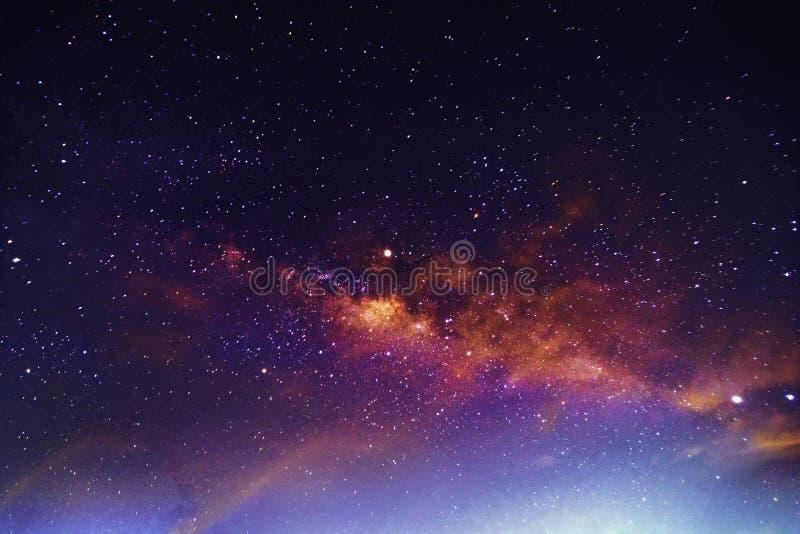 Nattlandskap med färgrikt och ljust - gul Vintergatan som är full av stjärnor i himlen i härlig universumbakgrund för sommar royaltyfria bilder
