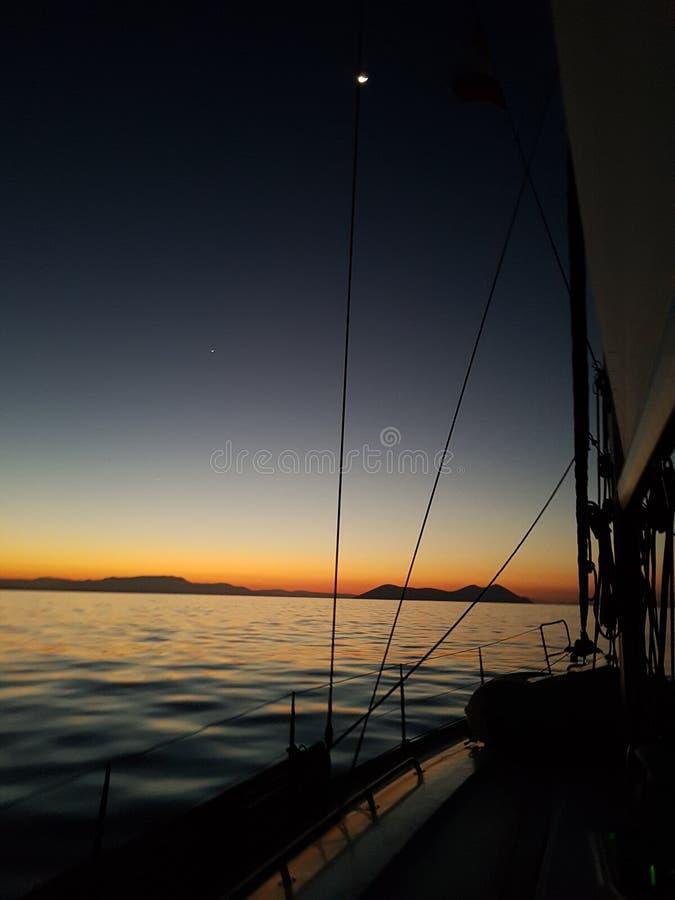 Nattlandskap med yachter, hav och riggning arkivbilder