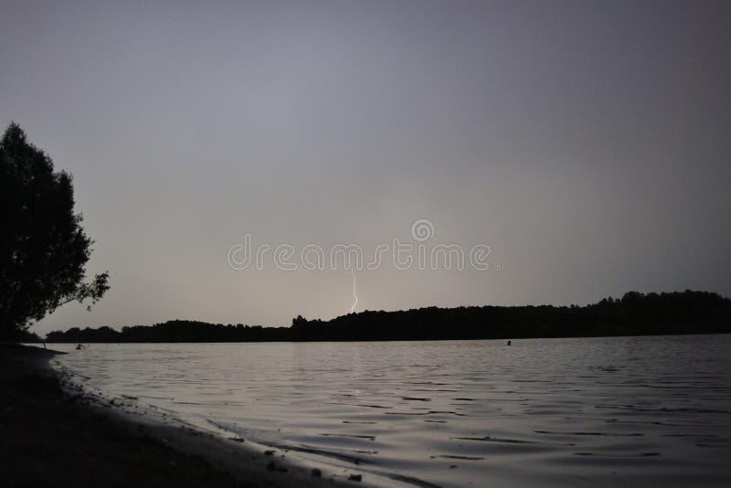 Nattlandskap på floden royaltyfri bild