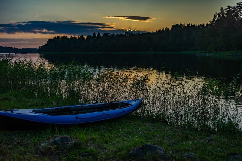 Nattlandskap på Lake Ladoga, Karelia, Ryssland arkivfoton