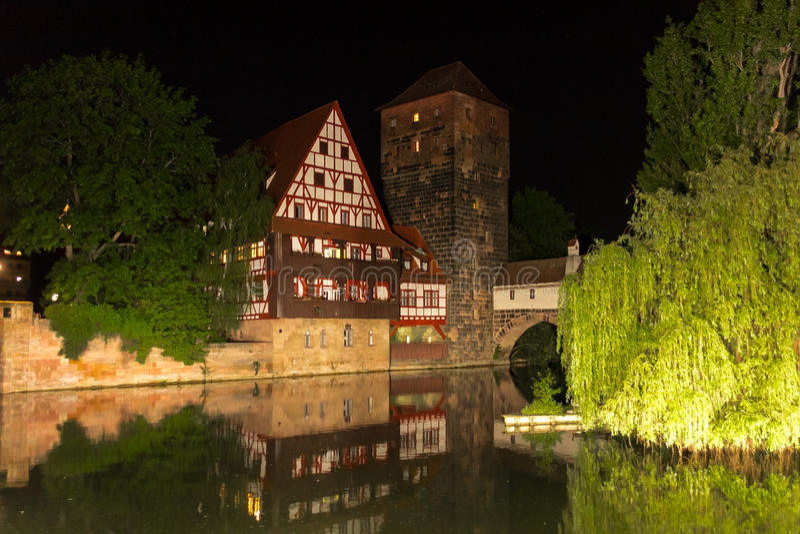 Nattlandskapflod Pegnitz, gammal bro, gammal stad - Nuremberg, Tyskland arkivfoton