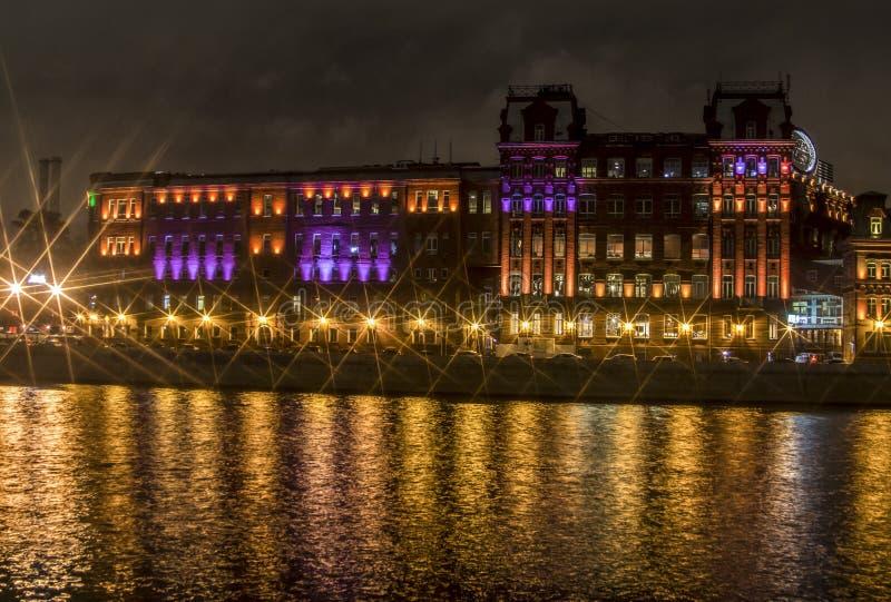 Nattljus av historisk byggnad på vattnet royaltyfri bild
