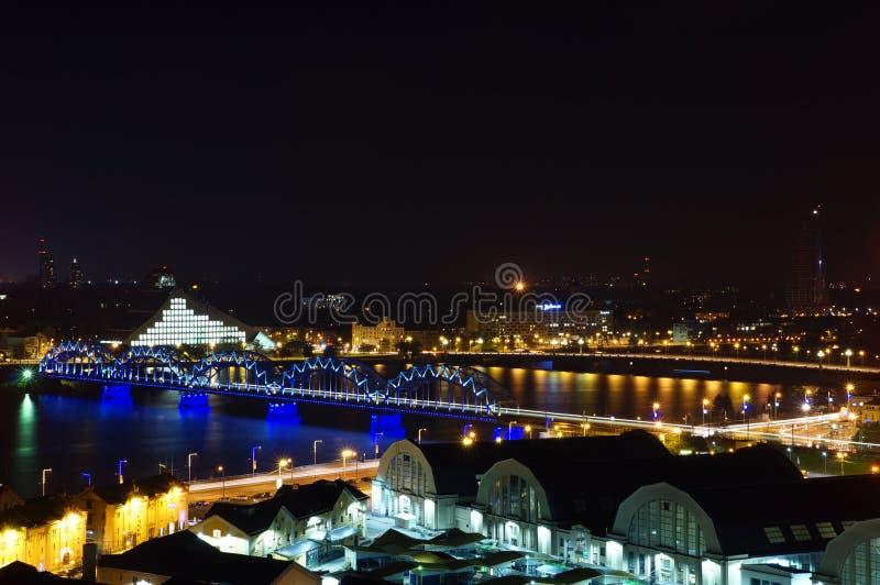 Nattljus av Riga arkivfoton