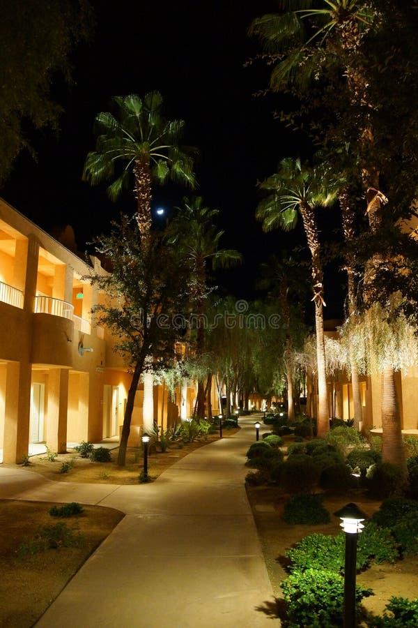 Nattljus av sydvästliga stilhotellbyggnader royaltyfri fotografi