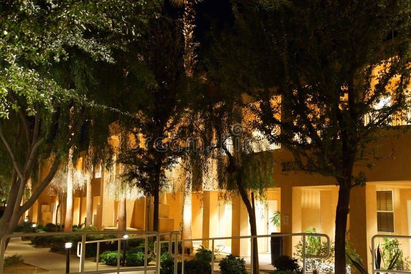 Nattljus av sydvästliga stilhotellbyggnader fotografering för bildbyråer