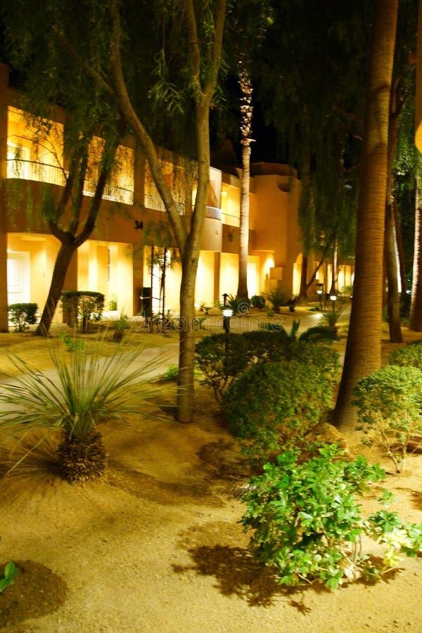 Nattljus av sydvästliga stilhotellbyggnader royaltyfri bild