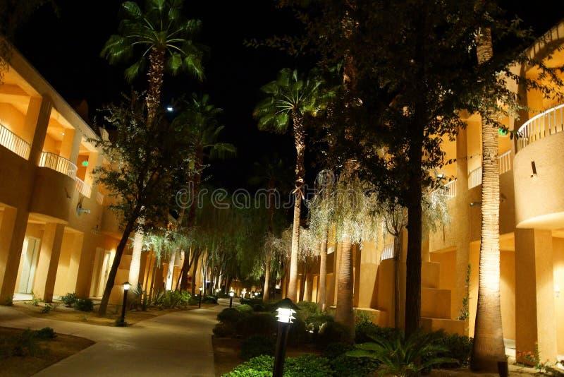 Nattljus av sydvästliga stilhotellbyggnader royaltyfria bilder