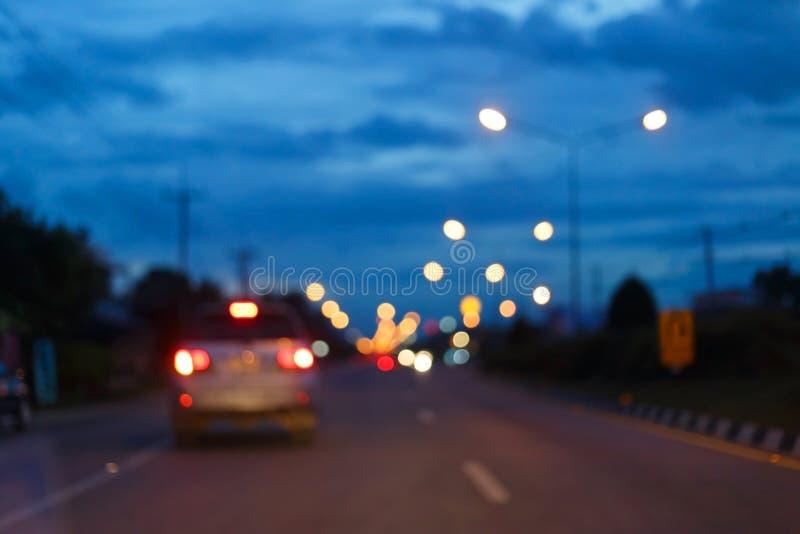 Nattljus av trafikbilen på stadsgatan, abstrakt suddighet royaltyfria bilder