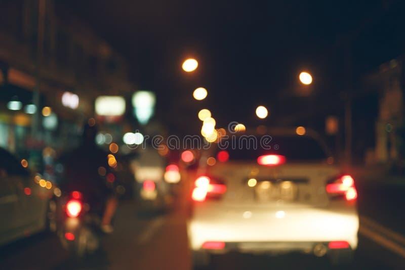 Nattljus av trafikbilen på stadsgatan, abstrakt suddighet arkivbilder