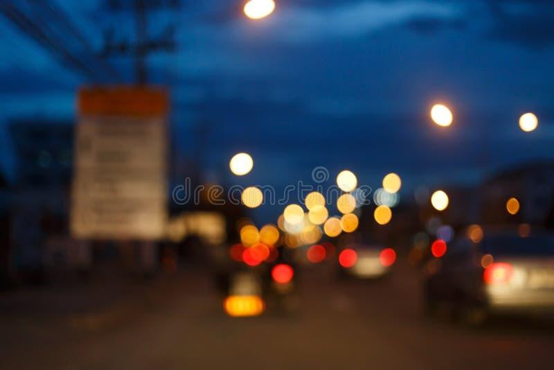 Nattljus av trafikbilen på stadsgatan, abstrakt suddighet royaltyfri foto