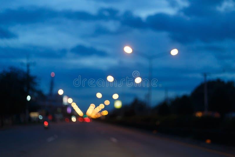 Nattljus av trafikbilen på stadsgatan, abstrakt suddighet fotografering för bildbyråer
