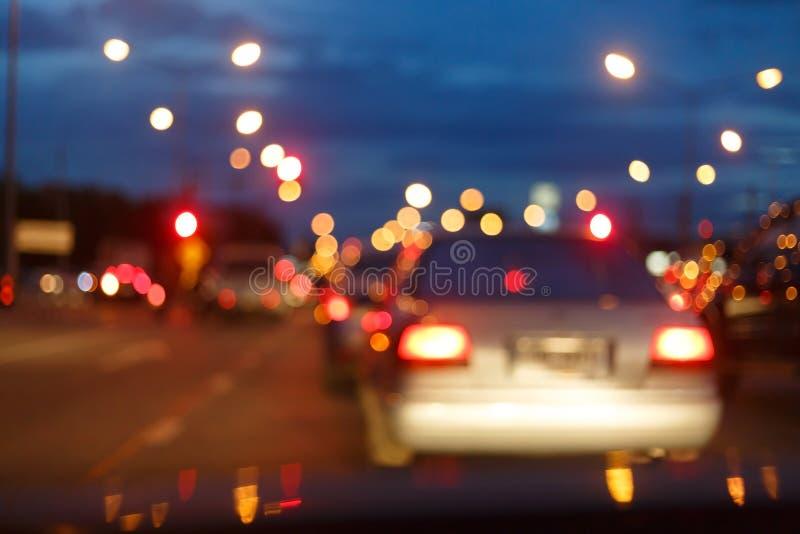 Nattljus av trafikbilen på stadsgatan, abstrakt suddighet royaltyfria foton