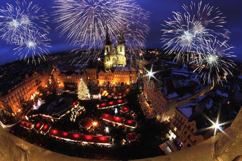 Nattljus i Prague Julmarknader i Prague gammal stadfyrkant royaltyfria foton
