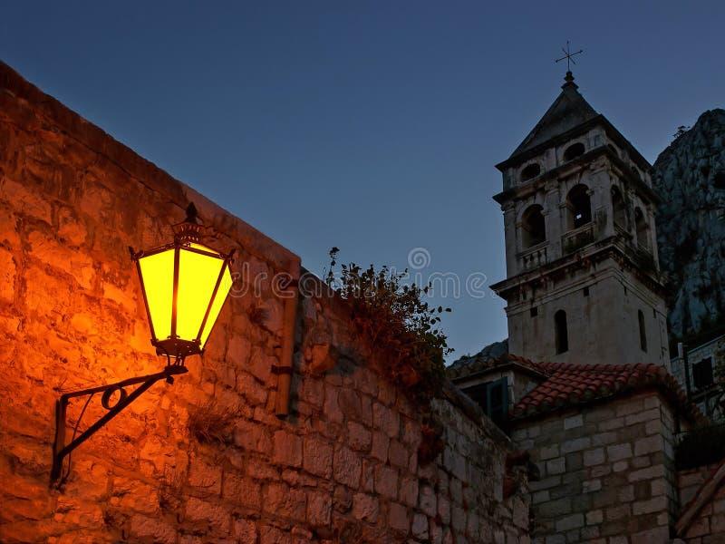 Nattljus och torn arkivbilder
