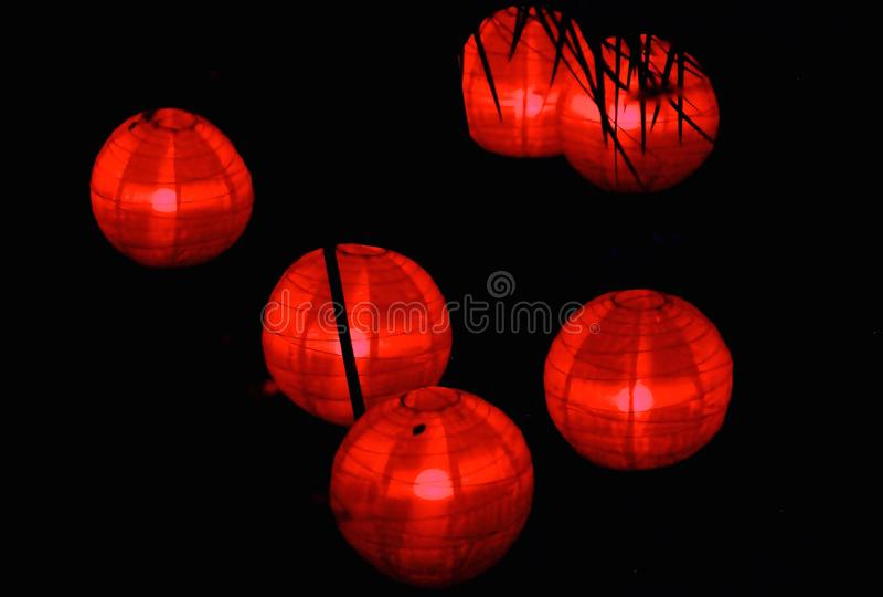 Nattljus: Röda reflexioner royaltyfri foto