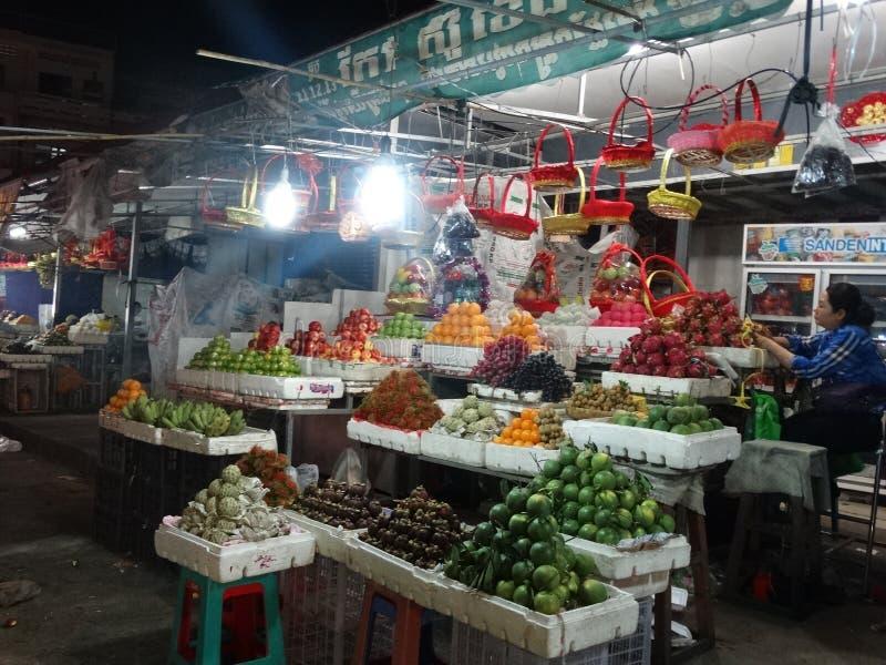 Nattmarknad i Phnom Penh - huvudstad av Cambodja royaltyfria bilder