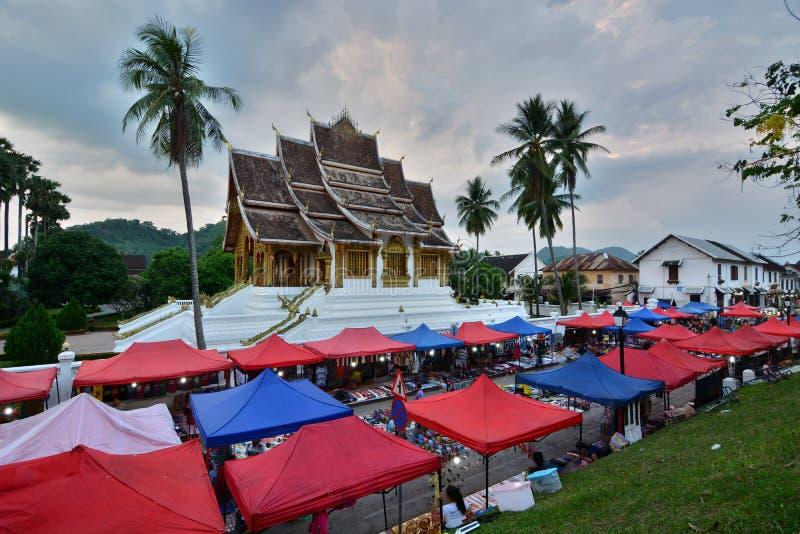 Nattmarknad och tempel för hagtornPha smäll Royal Palace museum Luang Prabang laos arkivbilder