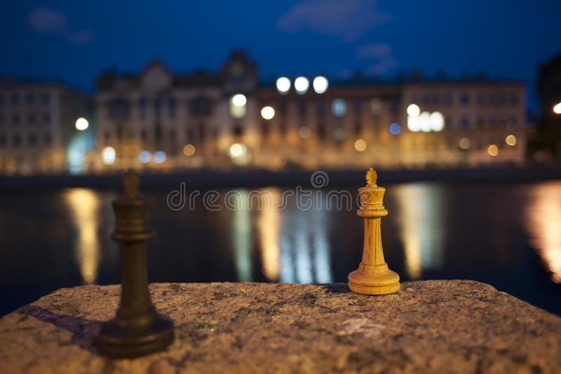 Nattmatch av schack Ryssland St Petersburg royaltyfri foto