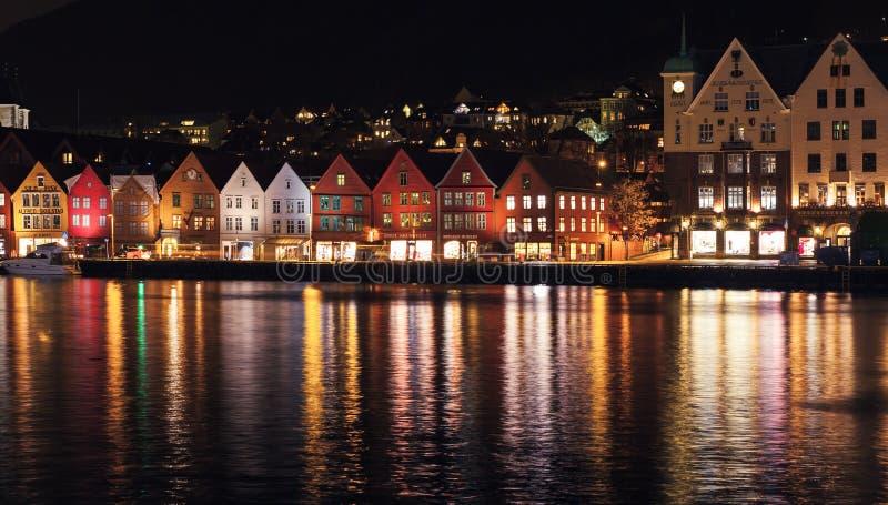 Nattpanorama av Bergen Huvudsaklig hamnsikt royaltyfria foton