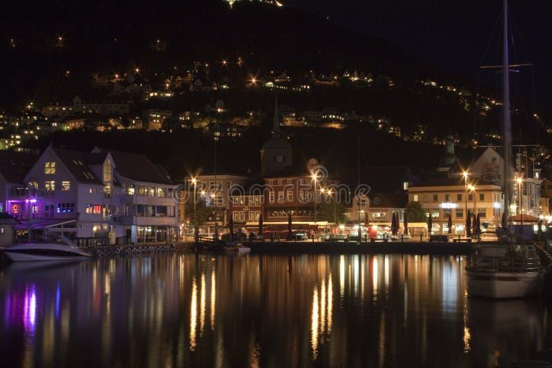 Nattpanorama av Bergen, Norge, Sacndinavia arkivbild