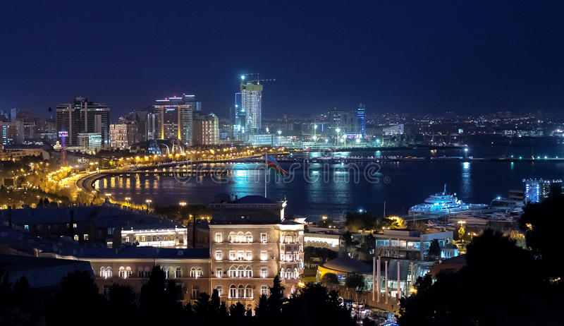 Nattpanorama av den Baku boulevarden i Azerbajdzjan arkivfoto