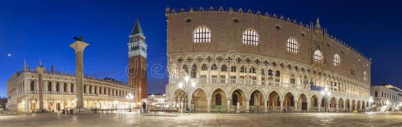 Nattpanorama av den San Marco fyrkanten med dogeslotten i Venedig royaltyfria foton