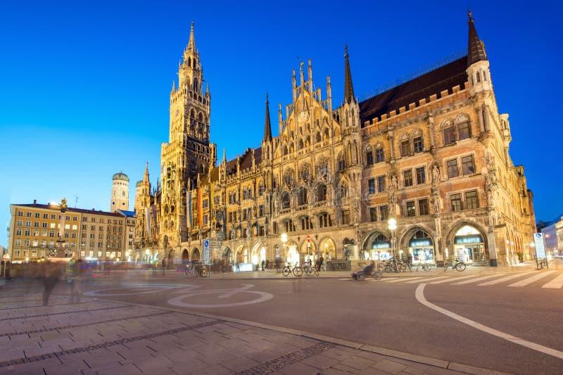 Nattpanorama av det Marienplatz och Munich stadshuset i Munich royaltyfri foto