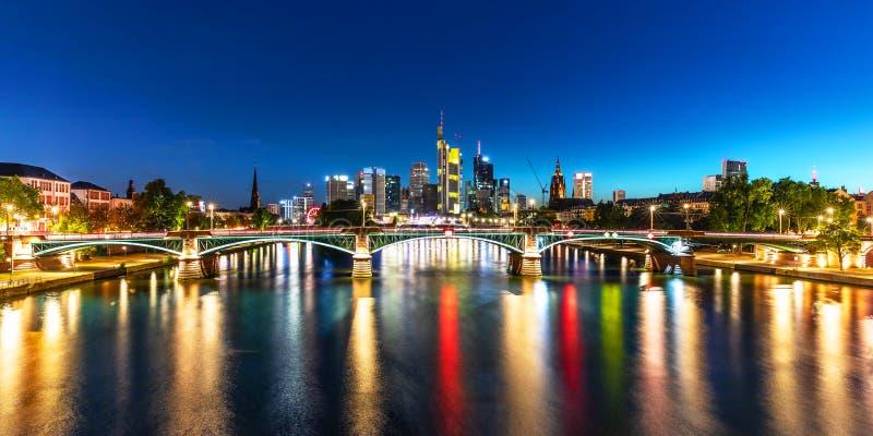 Nattpanorama av Frankfurt - f.m. - strömförsörjning, Tyskland arkivfoton