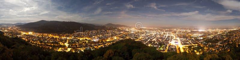 Nattpanorama av Freiburg, Tyskland royaltyfria foton