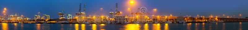 Nattpanorama av industriell port royaltyfri foto