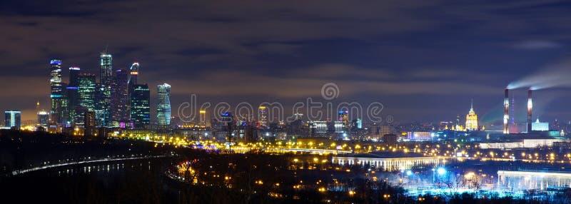 Nattpanorama av Moskva från Vorobyovy kullar arkivbilder