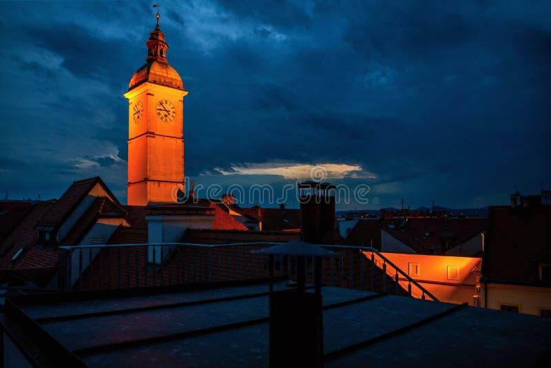Nattpanorama av tak och tornet, stad Uherske Hradiste fotografering för bildbyråer