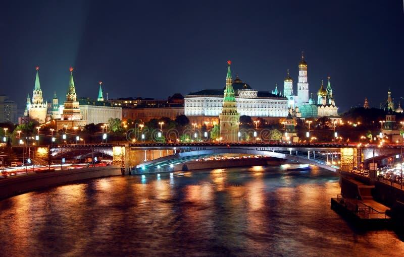 Nattpanoramat av den Moscow staden centrerar royaltyfri fotografi
