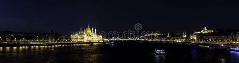 Nattpanoramautsikt av Danubet River, som det passerar till och med Budapest, Ungern royaltyfria foton