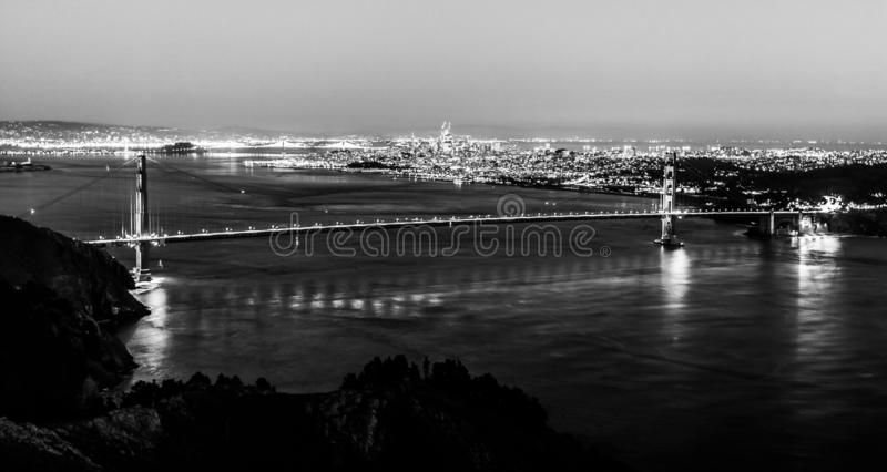 Nattpanoramautsikt av San Francisco och Golden gate bridge royaltyfria foton